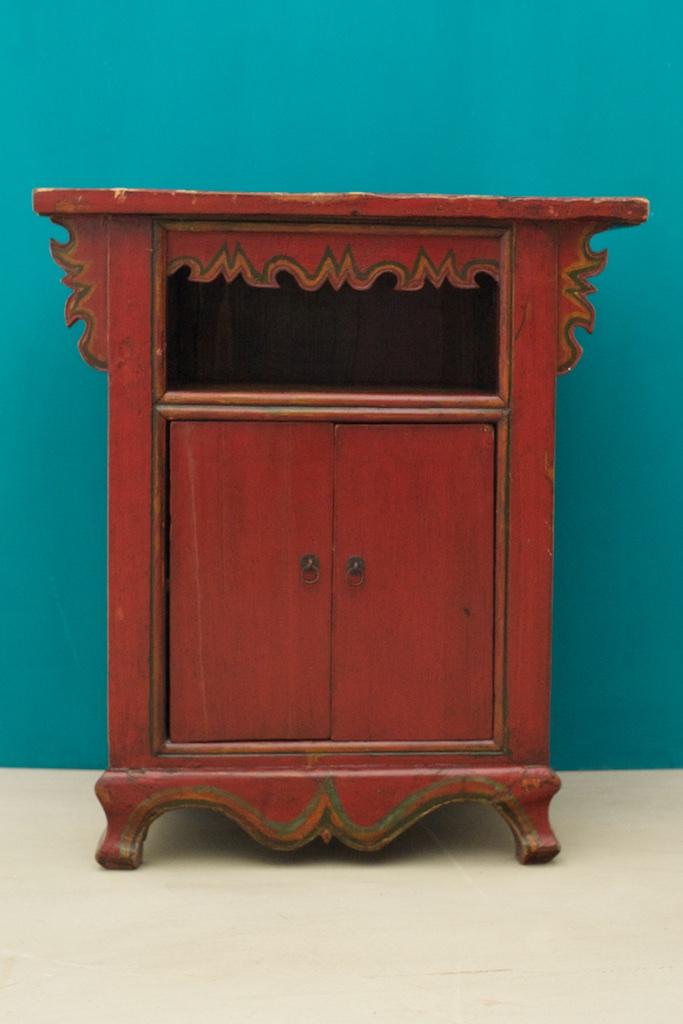 Mueble antiguo rojo con hueco y puertas de color el for Muebles rojo
