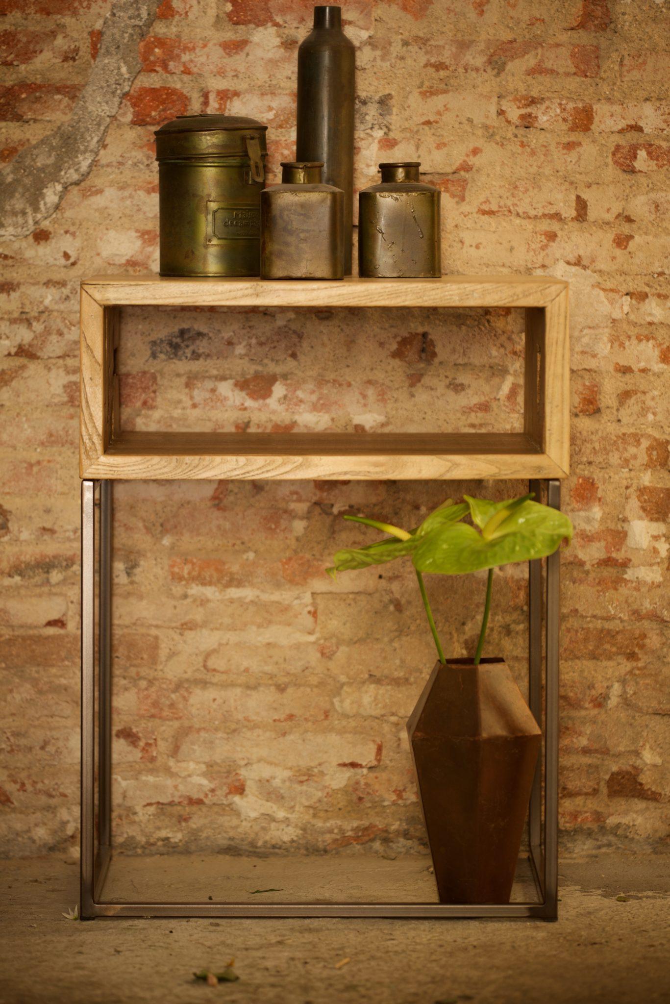 Mesa auxiliar de hierro y madera reciclada el globo muebles for Muebles industriales madera y hierro